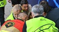 Po Cristiano Ronaldo smūgio – sukniubęs apsaugos darbuotojas. (nuotr. SCANPIX)