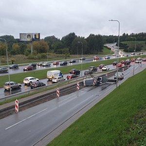 """Šalia Vilniaus """"Akropolio"""" – didelės spūstys: kelią užblokavo apvirtusi mašina"""