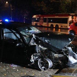 Vilniuje girtas BMW vairuotojas rėžėsi į troleibusą