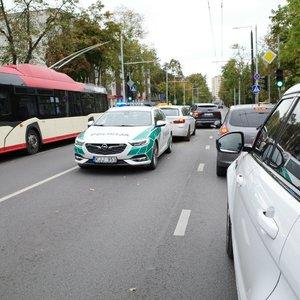 Vilniuje BMW rėžėsi į 2 automobilius: vairuotojui sutriko sveikata, formuojasi spūstis