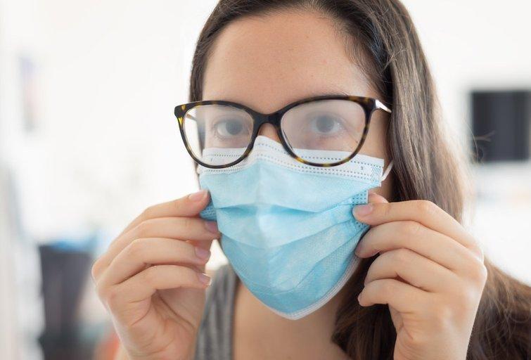 Užrasoję akiniai dėvint kaukę  (nuotr. Shutterstock.com)
