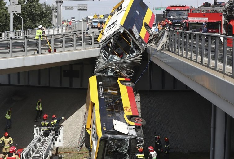 Varšuvoje nuo viaduko nuvažiavo autobusas: žuvo mažiausiai vienas keleivis (nuotr. SCANPIX)