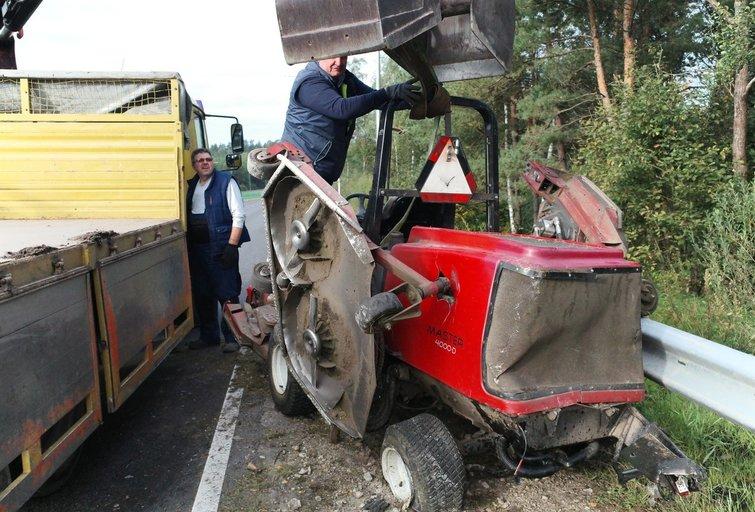 Vilniuje S. Batoro gatvėje į avariją pakliuvo žoliapjovės vairuotojas (nuotr. Broniaus Jablonsko)