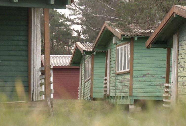 Pajūrio zonoje norimų nugriauti medinių namelių savininkas: tai – tik akių dūmimas (nuotr. stop kadras)