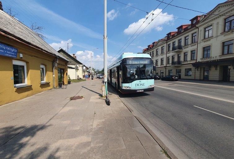 Troleibusas suniokojo stotelę Vilniuje, sužeista moteris (nuotr. Broniaus Jablonsko)
