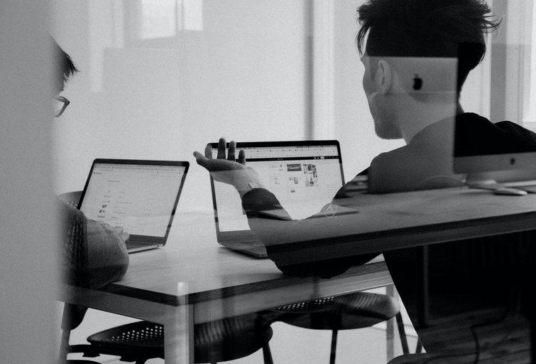 Artėja pokyčiai? Darbuotojai sako mieliau dirbantys iš namų, tačiau pripažįsta, kad biure būtų produktyviau (nuotr. Unsplash.com)