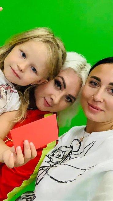 Gabrielė Rutkauskienė-Vasha su dukrele Adrija ir Sandra Žutautienė