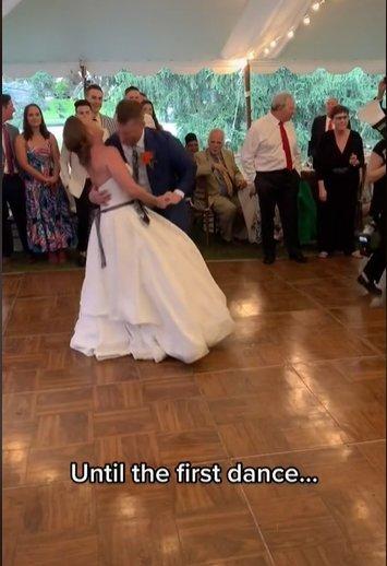Pirmojo šokio metu nuotaka išsinarino kelį