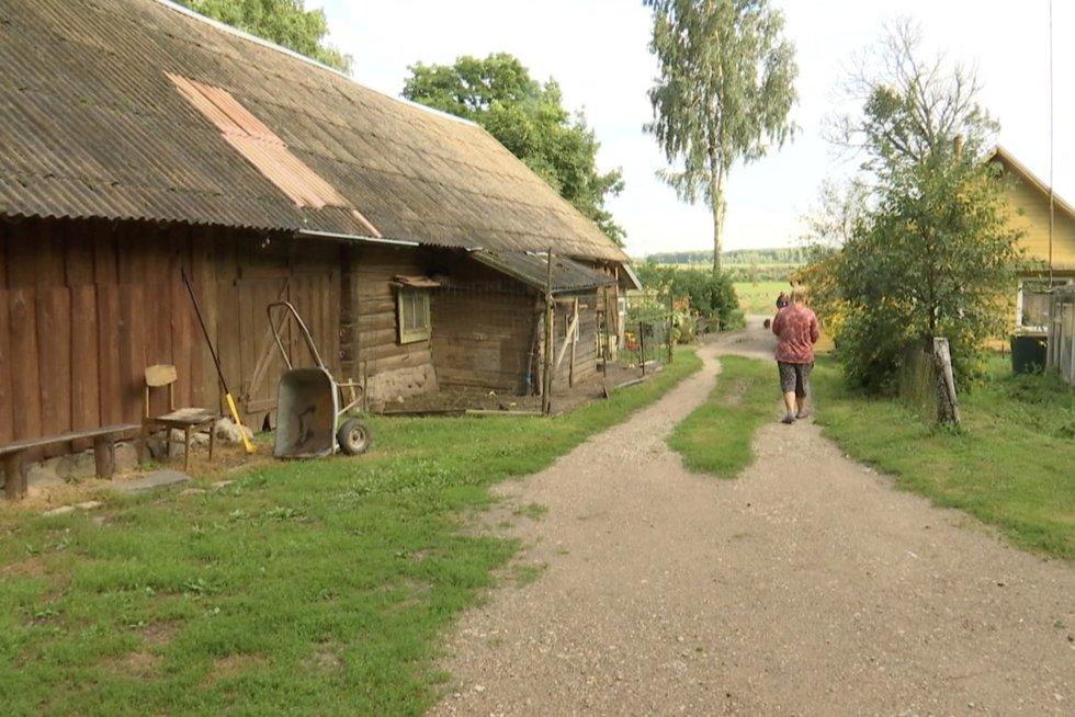 """Pasienio gyventojai dar neseniai nerakino namų durų, o dabar saugo net ūkinius pastatus: """"Bijom"""" (nuotr. stop kadras)"""