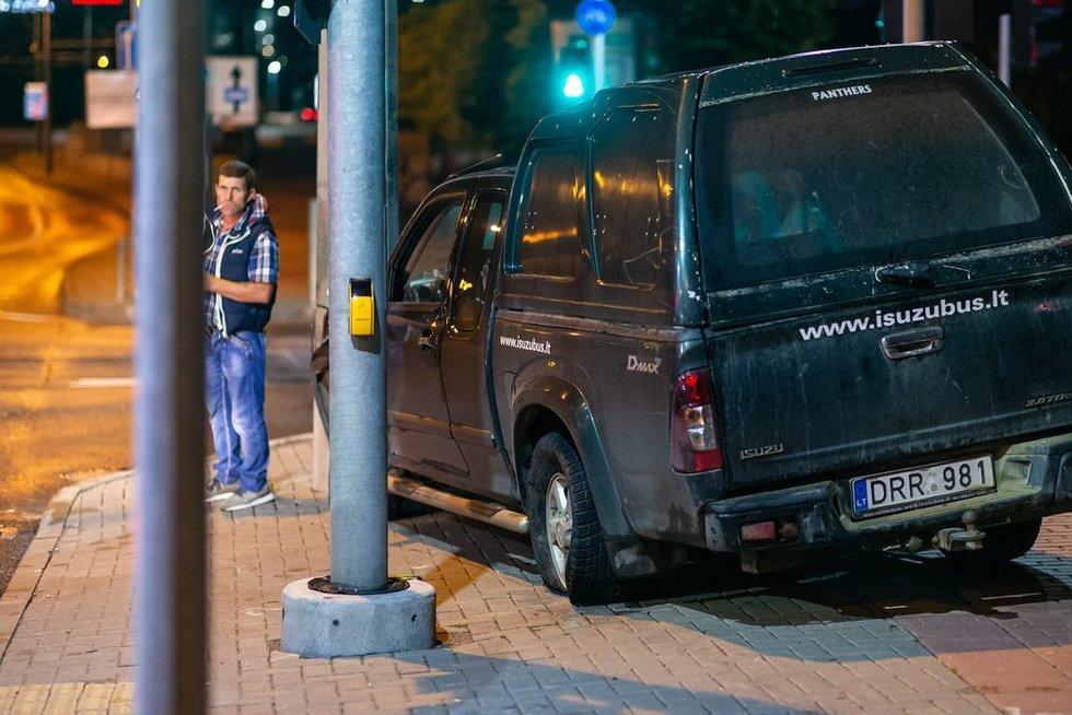 Konstitucijos prospekte girtas vairuotojas užlėkė ant šaligatvio ir rėžėsi į stulpą (nuotr. Broniaus Jablonsko)