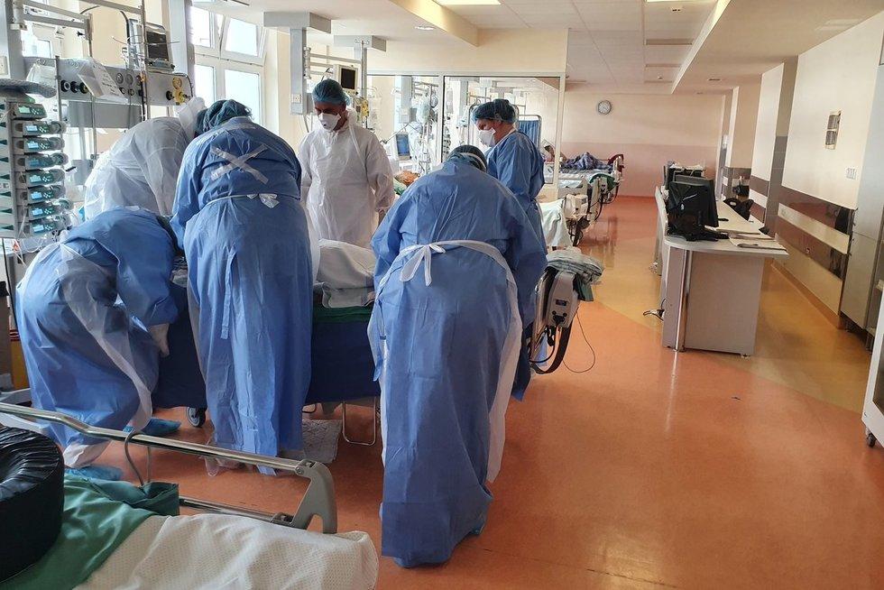 DIENOS PJŪVIS. Ligoninėse auga įtampa dėl COVID-19: ar prastėjanti situacija atneš dar vieną karantiną? (Santaros klinikų nuotr.)