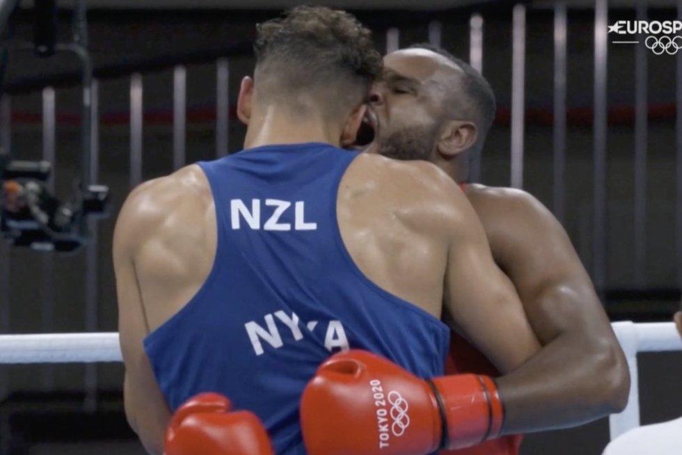 Olimpinio bokso kovoje marokietis varžovui vos nenukando ausies (nuotr. stop kadras)