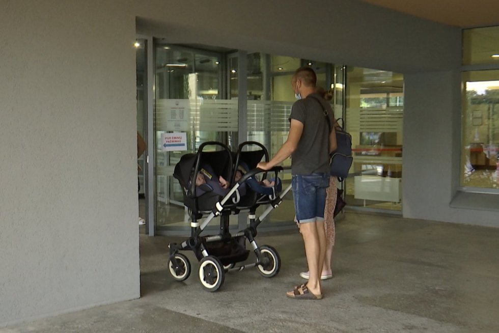 Valdantieji užsimojo keisti vaiko priežiūros išmokų dydžius: vyrus įpareigotų prižiūrėti vaikus (nuotr. stop kadras)
