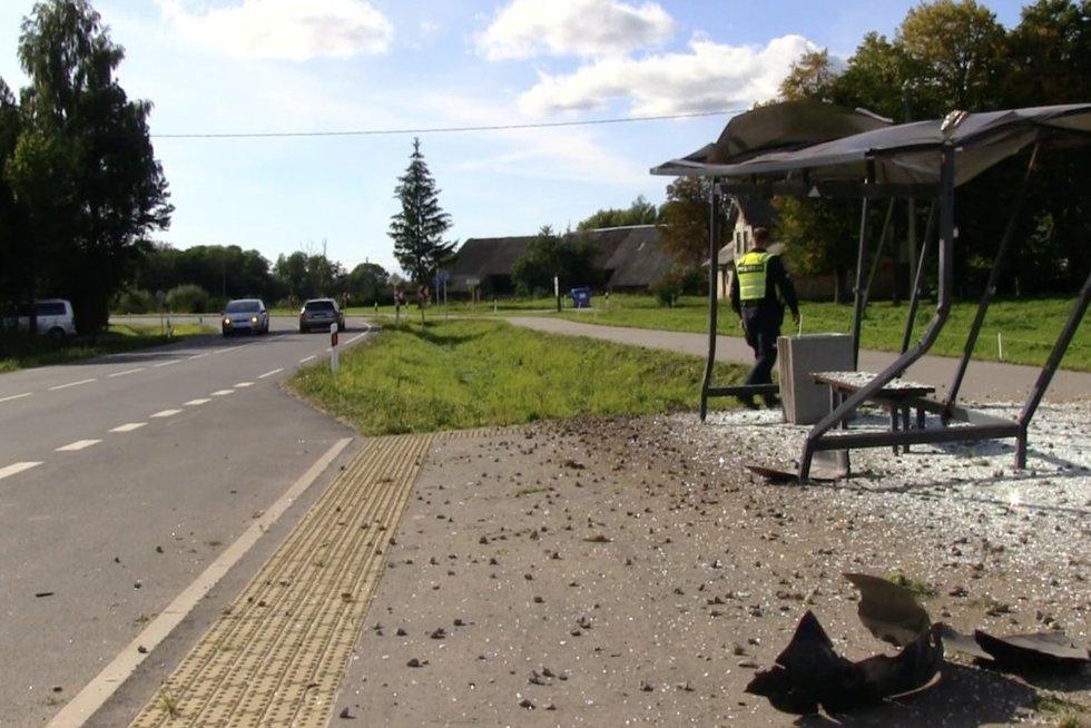 Stotelę suniokojęs ir ligoninėje atsidūręs vairuotojas iš jos pabėgo: automobilyje rado daug alkoholio (nuotr. stop kadras)