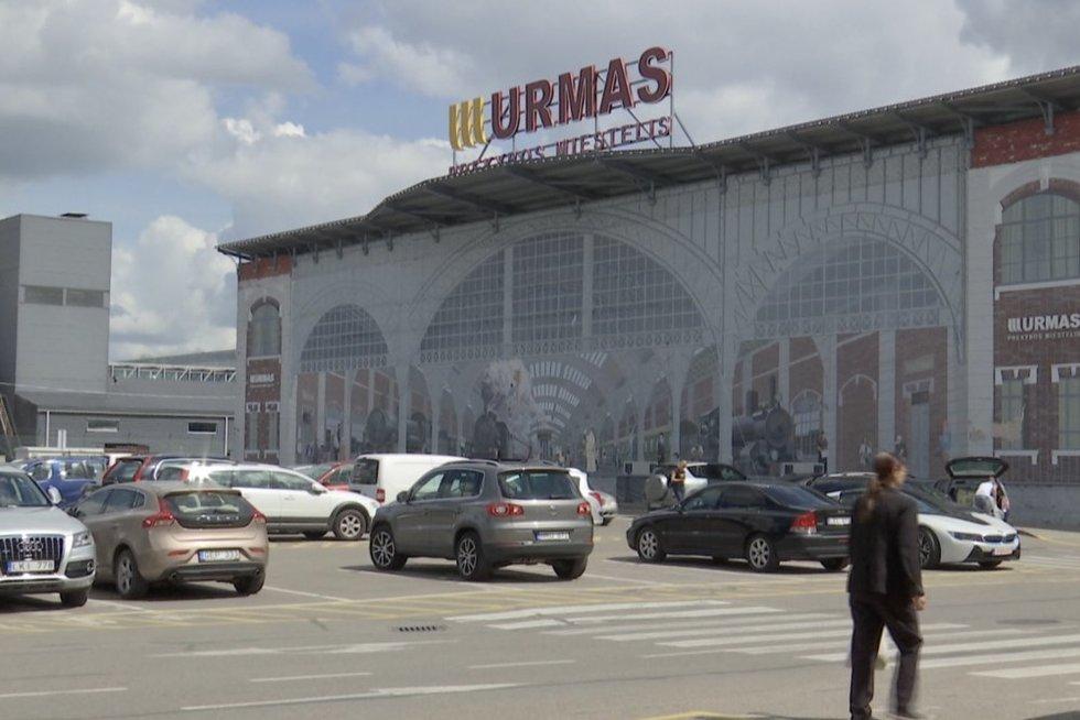 Iki izoliacijos uzbekai dar spėjo apsilankyti milžiniškame Kauno prekybos centre (nuotr. stop kadras)