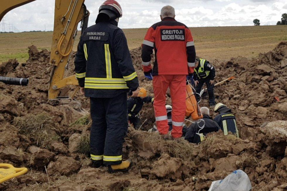 Tragedija Kaišiadorių rajone: užgriuvus žemėms jau vyro išgelbėti nepavyko (nuotr. stop kadras)