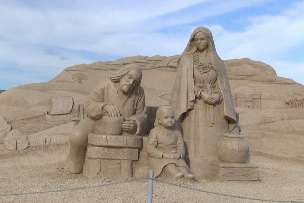 Siūlo pasigrožėti išskirtiniu festivaliu: Latvijoje – smėlio skulptūros, tarp kurių ir dviejų lietuvių menininkų (nuotr. stop kadras)