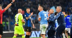 Pokštas virto raudona kortele: ant kito futbolininko nugaros užšokęs žaidėjas stebėjosi teisėju