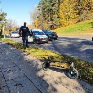 Vilniuje paspirtukininkas virsdamas įskrido į gatvę ir vos nepateko po automobilio ratais