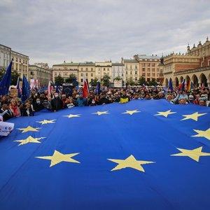 Lenkijoje dešimtys tūkstančių žmonių reiškė palaikymą šalies narystei ES