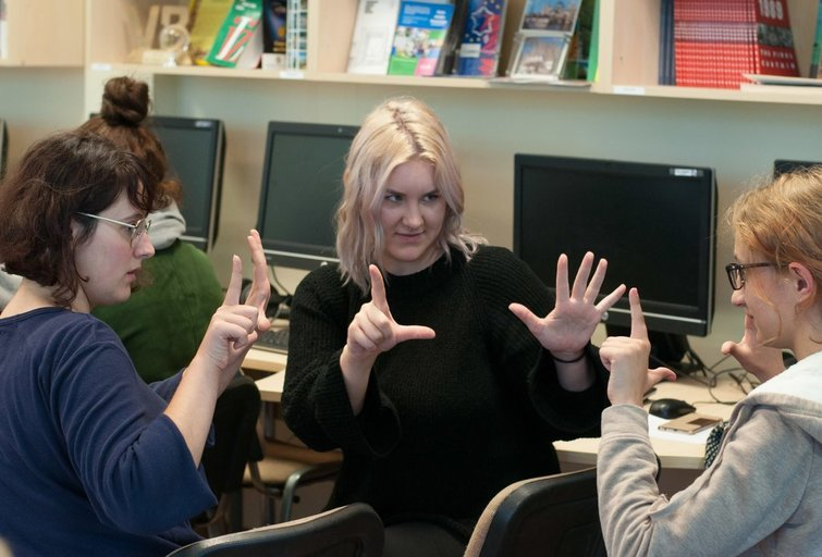 Nėra lengva nuskaityti gestus ar pirštų abėcėle rašomas raides iš kito rankų, nes kiekvieno žmogaus rodymo maniera skiriasi, teigia poroje dirbantys dėstytojai Arūnas Bražinskas ir Ramunė Leonavičienė. Danutės Junevičienės nuotr.