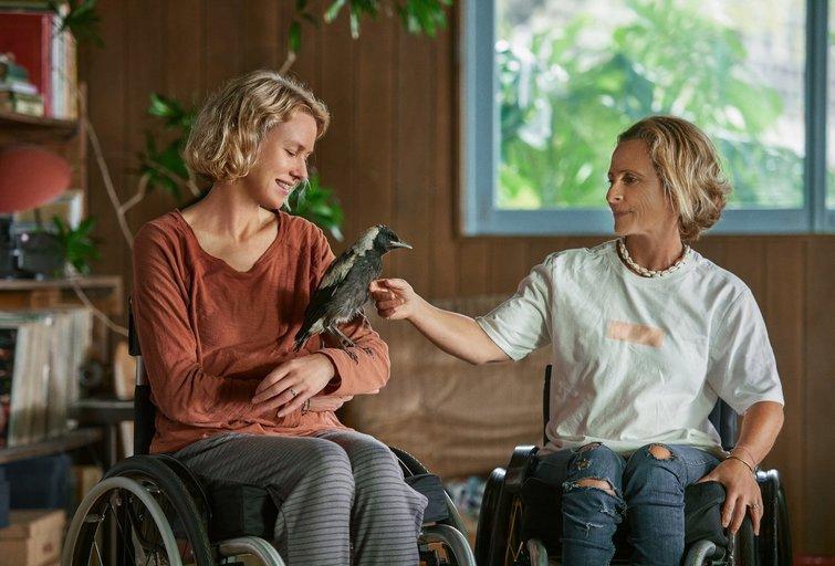 Naujasis Naomi Watts filmas pasakoja apie mažai tikėtiną ryšį tarp paralyžiuotos moters ir laukinio paukščio