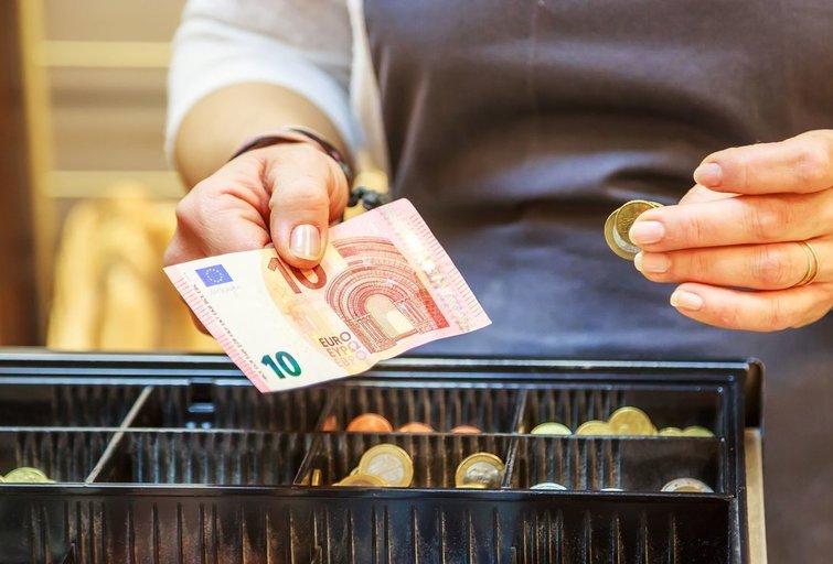 Darbas tas pats, o atlyginimai skiriasi kone du kartus: prekybos tinklo pardavėjai diskriminuojami? (nuotr. 123rf.com)