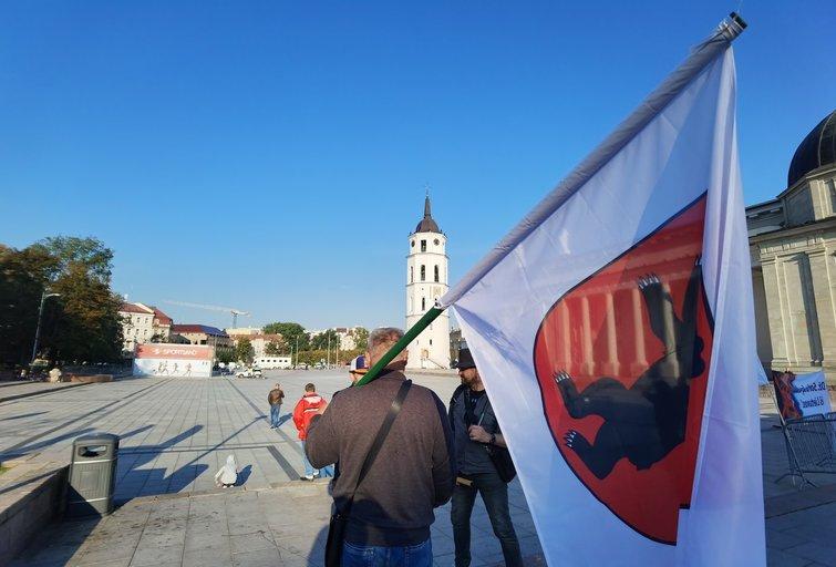 Mitingui jau ruošiamasi: protestuotojai prašo fotografuotis kartu su pareigūnais (Fotodiena/ Viltė Domkutė)
