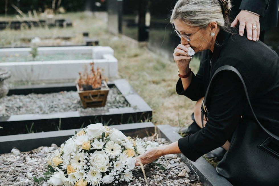 """Tetos žodžiai prie kapo duobės vilnietę išmušė iš vėžių: """"Šlykštu ir žema"""""""