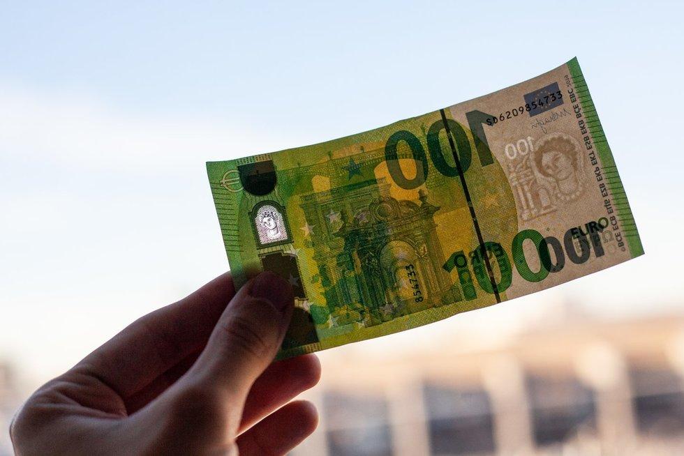 100 eurų (Foto diena/Lukas Varanauskas)
