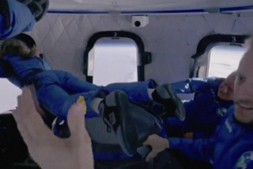 Legendinis aktorius W. Shatneris pasidalijo įspūdžiais iš kosmoso: atrodo, kad viršuje – mirtis (nuotr. stop kadras)