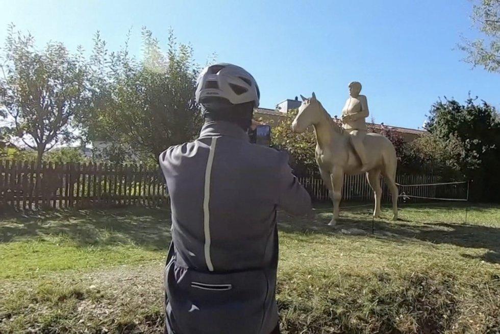 Pamatykite, kaip skulptorius įamžino kadenciją baigiančią Angelą Merkel (nuotr. stop kadras)