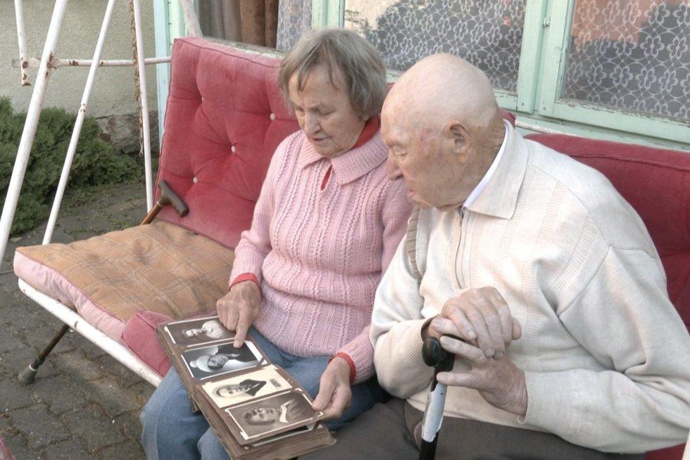Panevėžiečiai švęs 75-ąsias vestuvių metines: papasakojo apie pirmąjį bučinį ir atskleidė ilgamžės meilės receptą (nuotr. stop kadras)