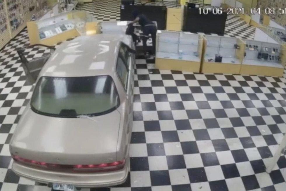 Kamera užfiksavo įžūlią vagystę iš elektronikosprekiųparduotuvės
