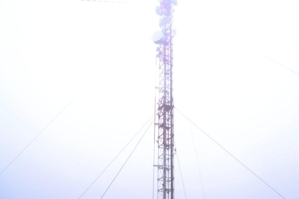 Jurbarkietis sugalvojo užsiropšti ant bokšto: tarnybos jį įtikino nulipti žemyn (nuotr. stop kadras)