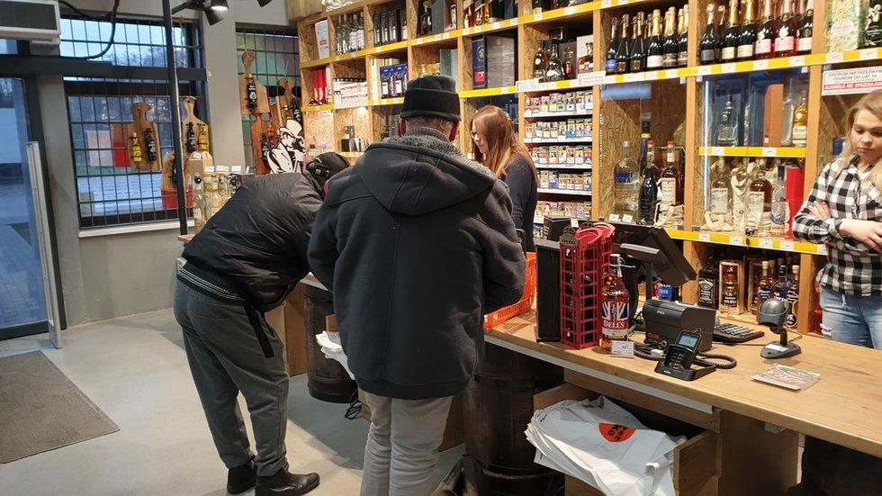 Lietuviai šluoja alkoholio lentynas Lenkijoje (nuotr. TV3/Raimundas Maslauskas)