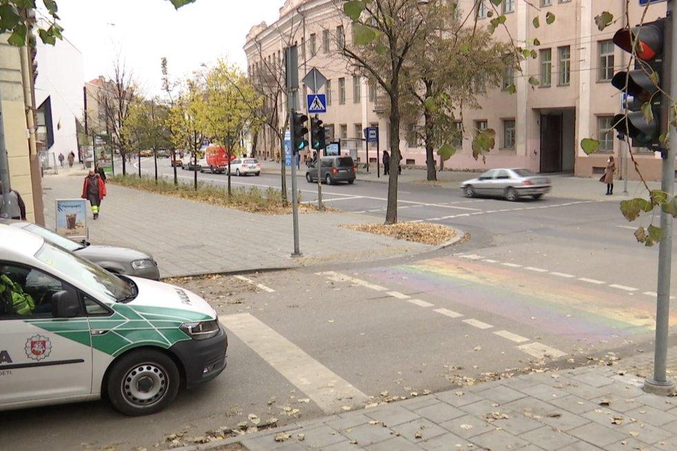 """Policija prašo uždažyti vaivorykštinę perėją: """"Tai prevencijos priemonė nuo eismo įvykių"""" (nuotr. stop kadras)"""