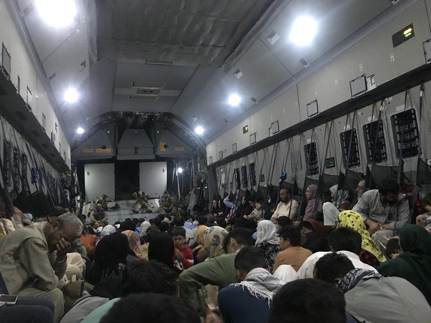 Kabulą paliekantys žmonės