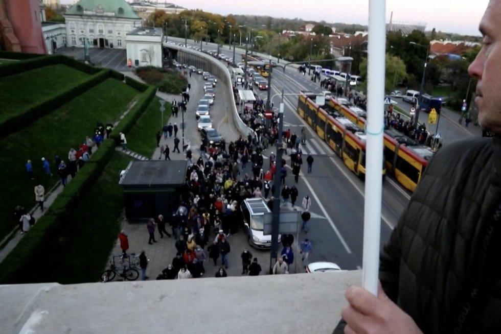 Per šimtą Lenkijos miestų nuvilnijo Europos Sąjungos palaikymo protestai: baiminasi, kad grįžta priespauda (nuotr. stop kadras)