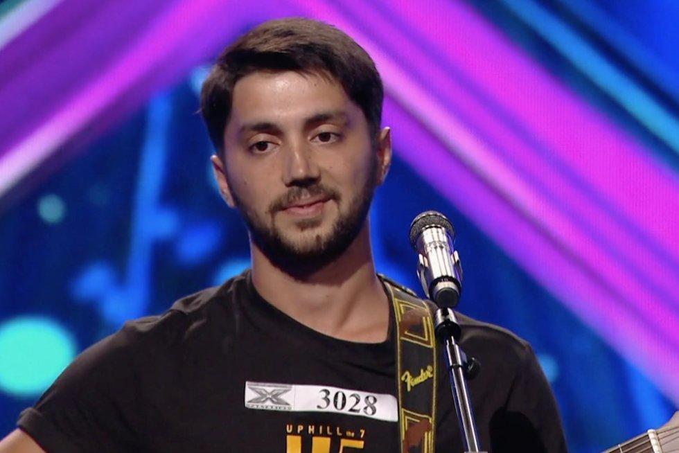"""Ant """"X faktoriaus"""" scenos žengęs Abdullah iš Afganistano sužavėjo visus: uždainavo lietuviškai (nuotr. stop kadras)"""