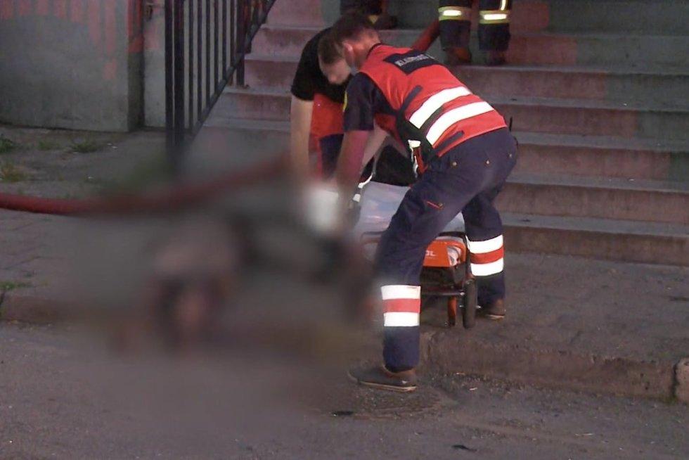 Nuo gaisro bėgęs asmuo iššoko pro langą: į įvykį lėkė visos specialiosios tarnybos (nuotr. stop kadras)