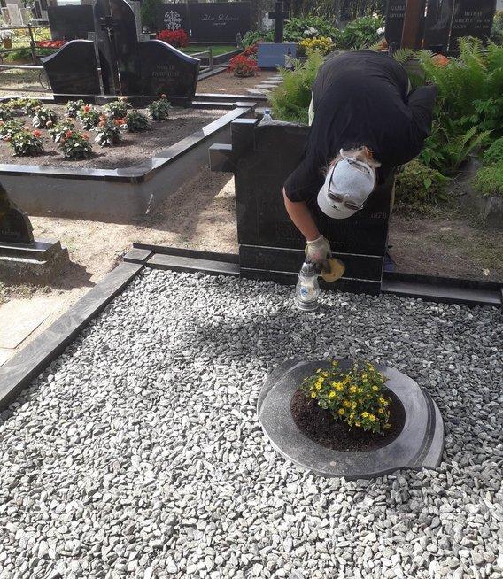 Aivaras su žmona prižiūri tautiečių kapus