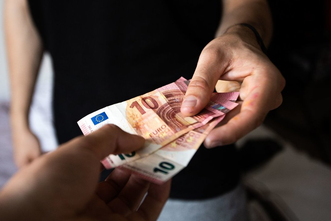 pinigai iš namų ranka