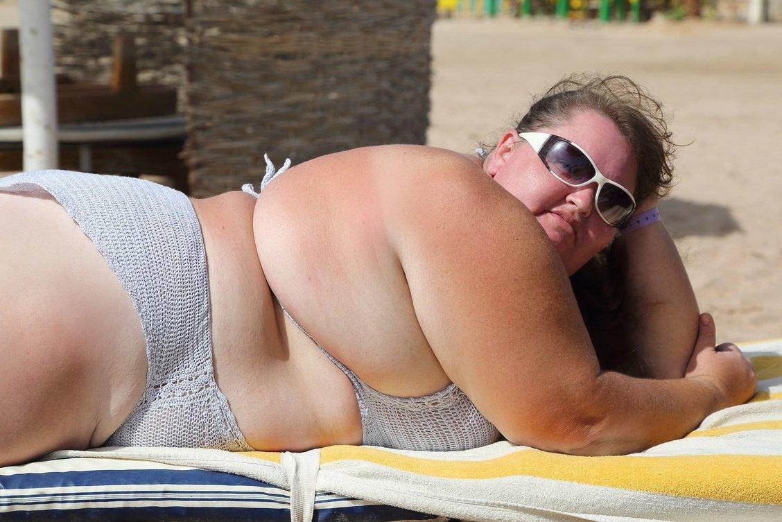 Толстая тетя на пляже фото