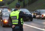 """Savaitgalio vakarais padaugėja """"siūlančių kyšį"""" vairuotojų"""