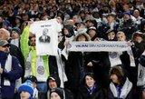 """Jautri akimirka: istorinės pergalės metu """"Leicester City"""" fanai pagerbė tragiškai žuvusį komandos savininką"""