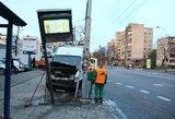 Vilniuje visiškai girtas ir be teisių vairuotojas nubloškė stotelėje stovinčią moterį