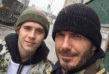Beckhamų sūnus skendo mylimosios glėbyje: netrūko aistringų vaizdų