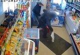 Pareigūnai prašo pagalbos: vaizdo kameros užfiksavo muštynes parduotuvėje