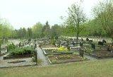 Gėlės šluojamos nesiderant – artėjant šventei masiškai tvarkomos ir kapinės